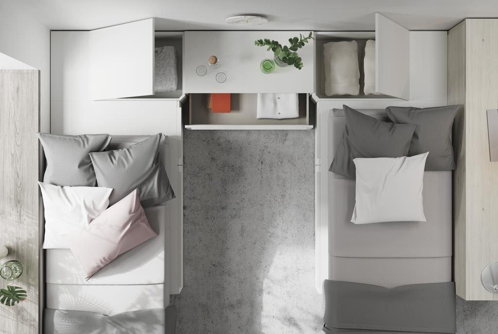 Detalle de los dos arcones en los módulos rincón de las camas