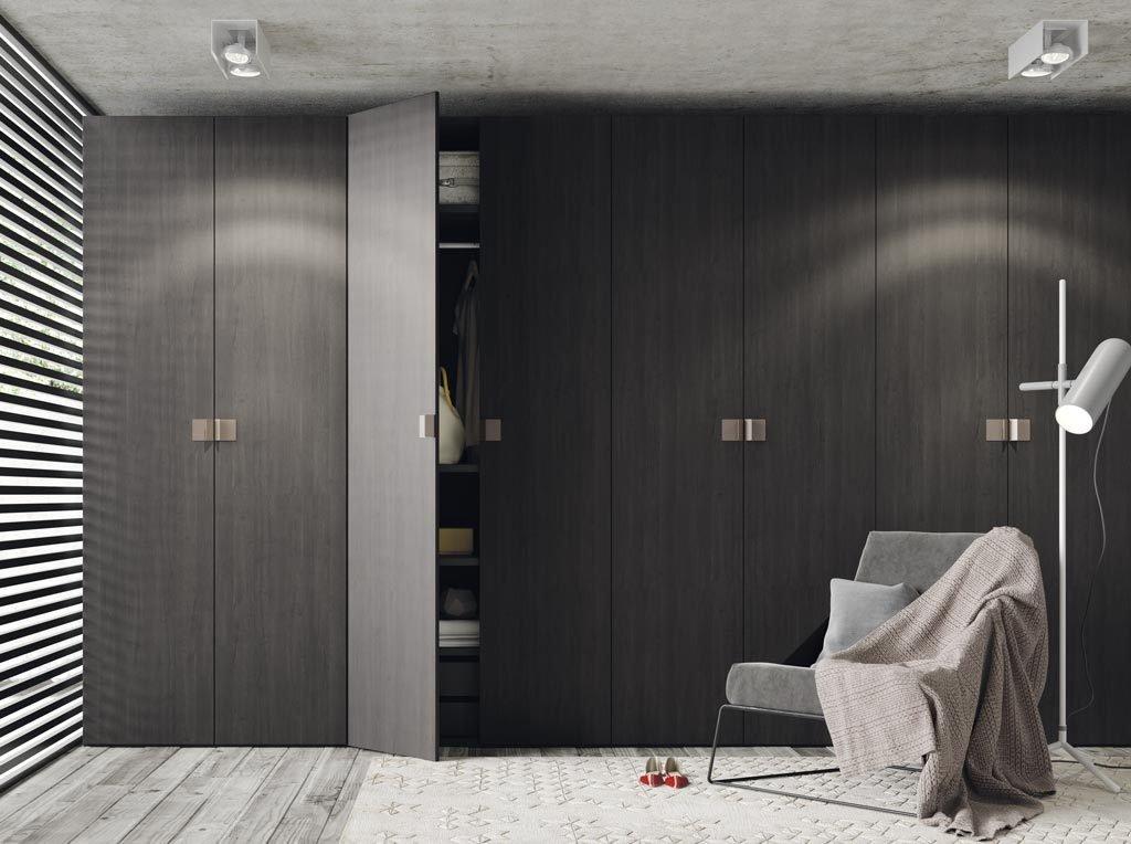 Este dormitorio de adulto dispone de un gran armario de ocho puertas batientes