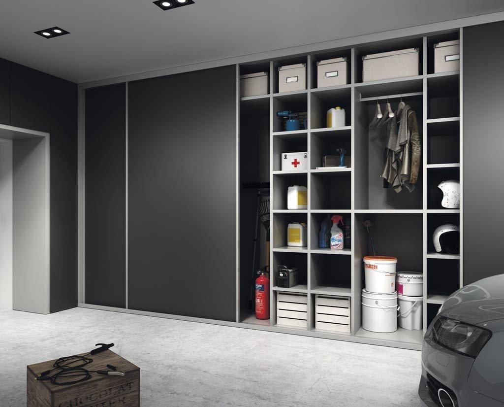 Detalle del armario abierto en el garaje de casa