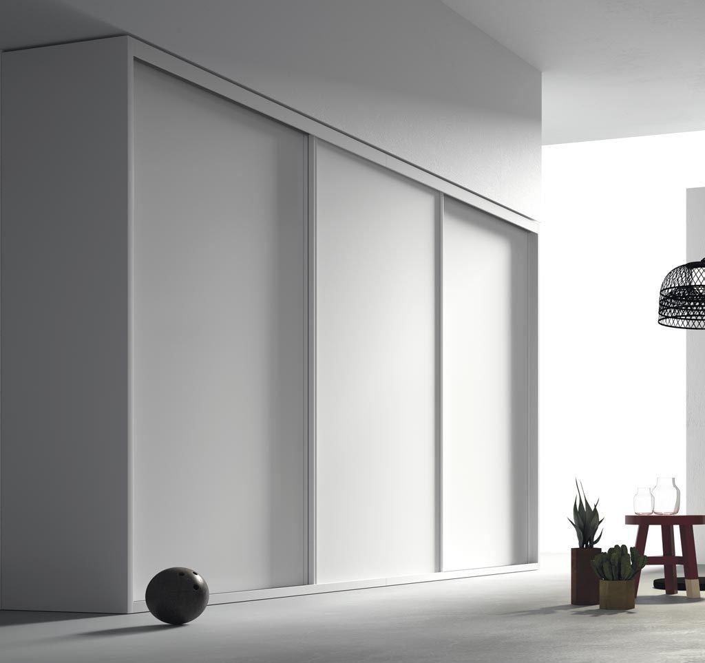 Armario de tres puertas correderas en color Blanco