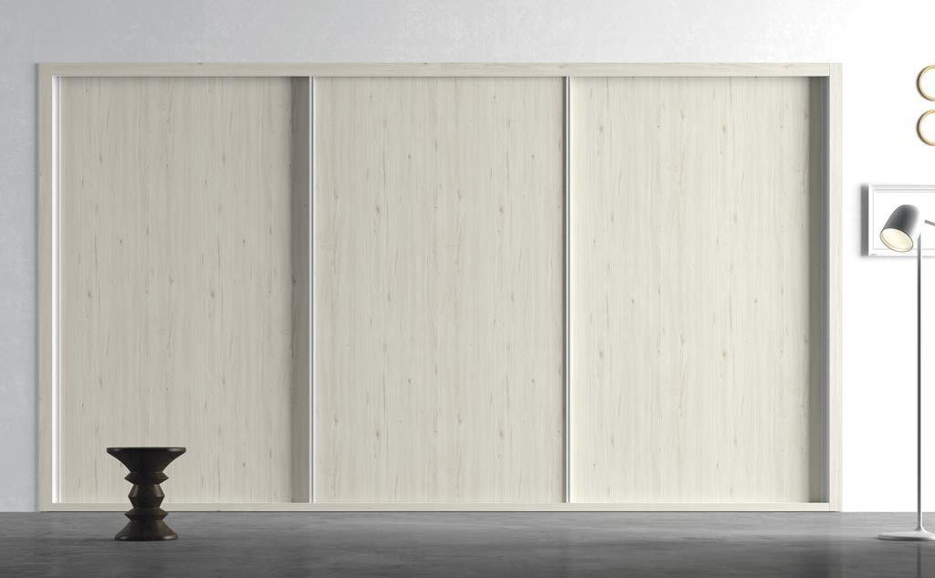 Armario de tres puertas correderas empotrado en color Abeto