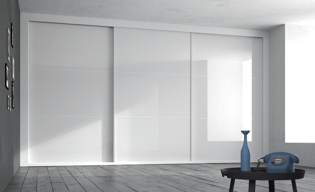 Amplio armario corredero empotrado en Blanco Brillo