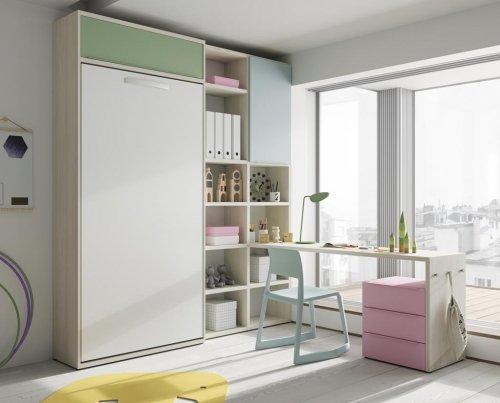 Cama abatible vertical complementada con estanterías y una mesa estudio con cajones