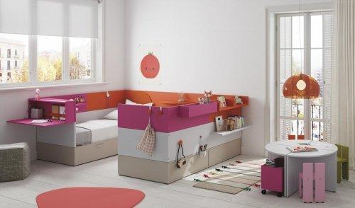 Habitación infantil con dos camas de la colección NEST con diferentes complementos