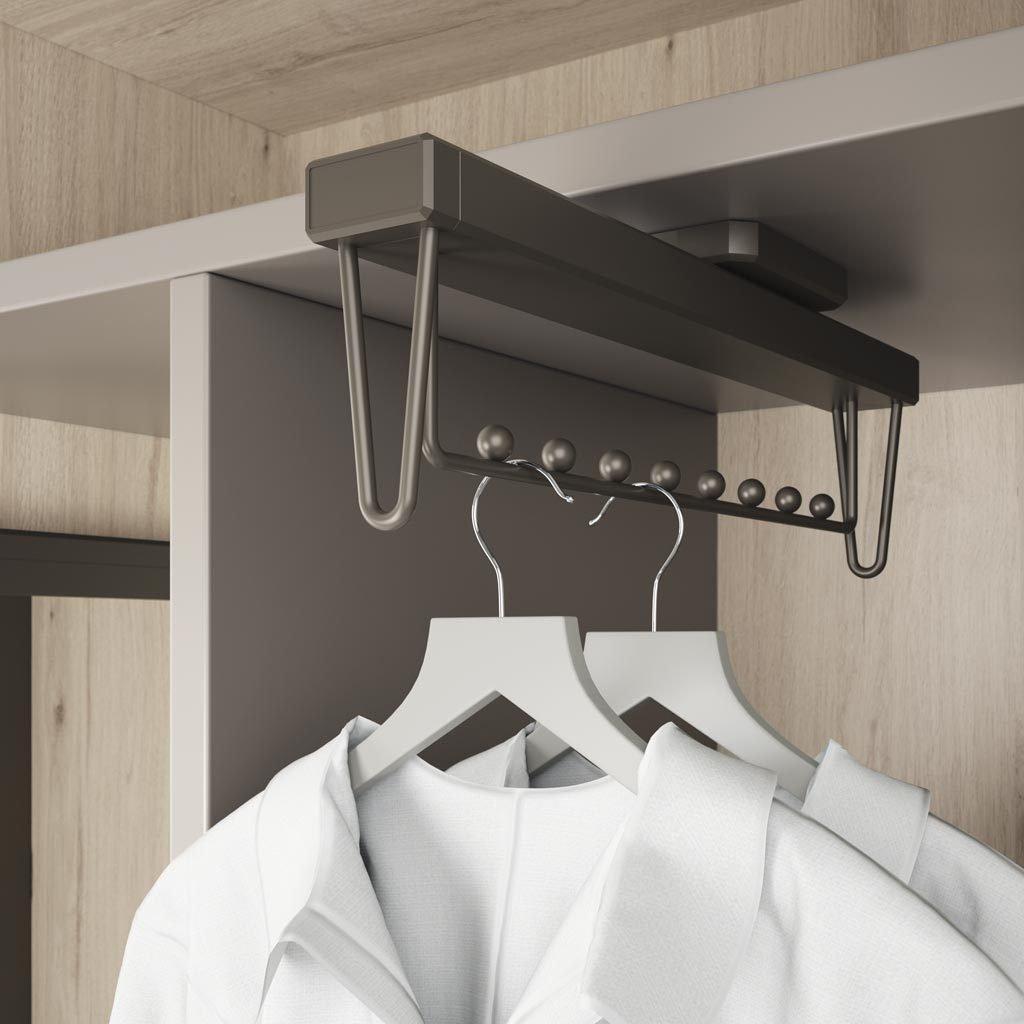 Detalle del colgador extraible para en interior del vestidor