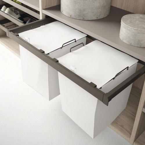 Detalle de los contenedores extraibles para complementar los armarios y vestidores