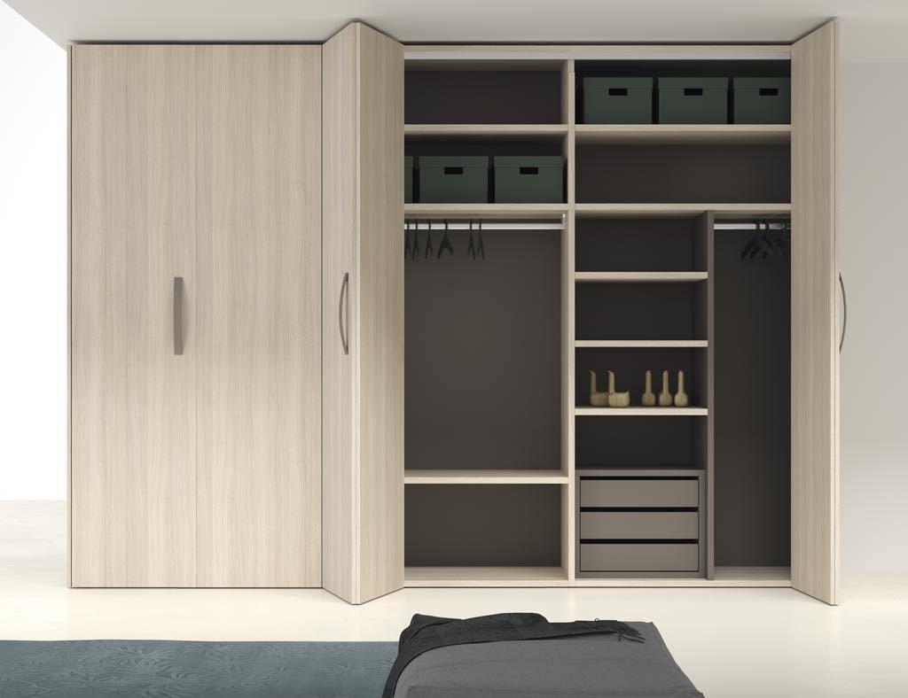 Detalle del armario de puertas plegables abierto