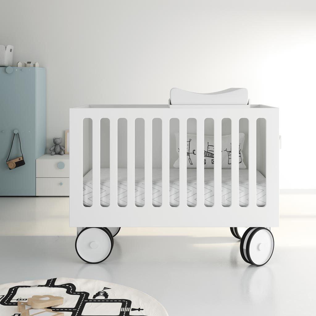 Detalle del cambiador encima de la cuna del bebe