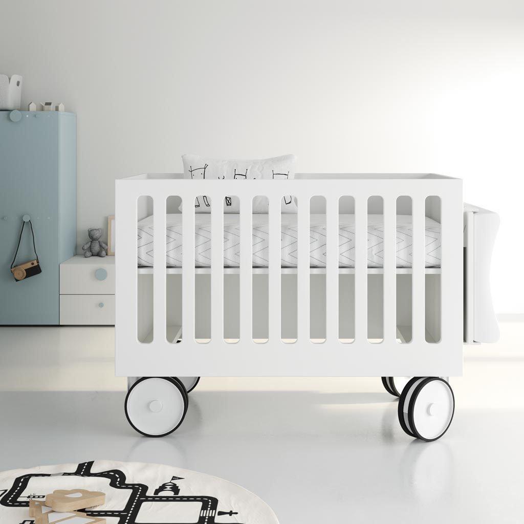 Detalle del colchón a media altura en la cuna del bebe