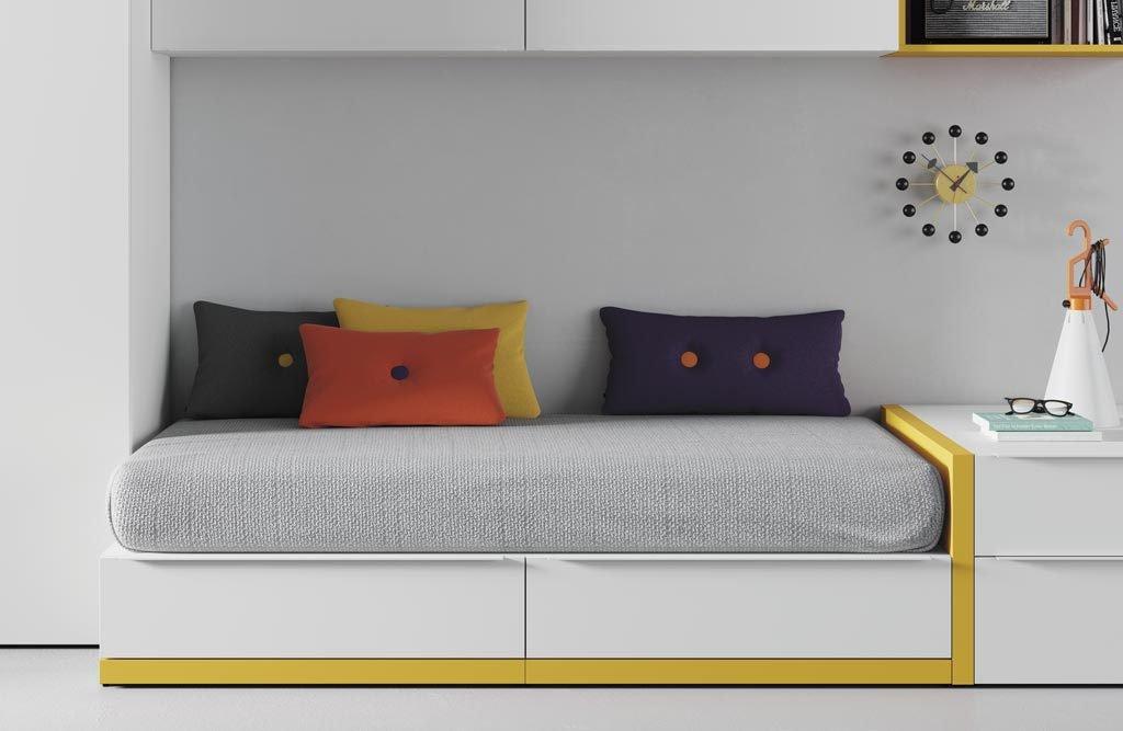 Detalle del zócalo en color mostaza en la cama nido
