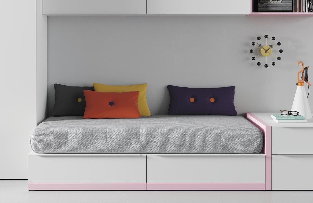 Detalle del zócalo en color rosa en la cama nido