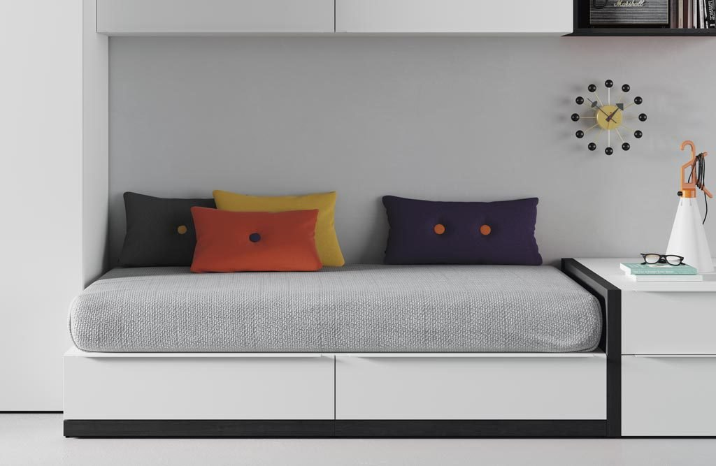 Detalle del zócalo en color vulcano en la cama nido