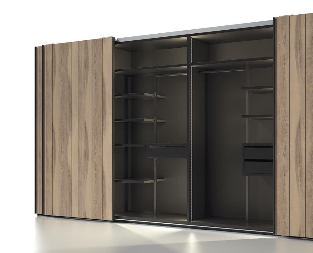 Un armario muy innovador con columnas metálicas en el interior