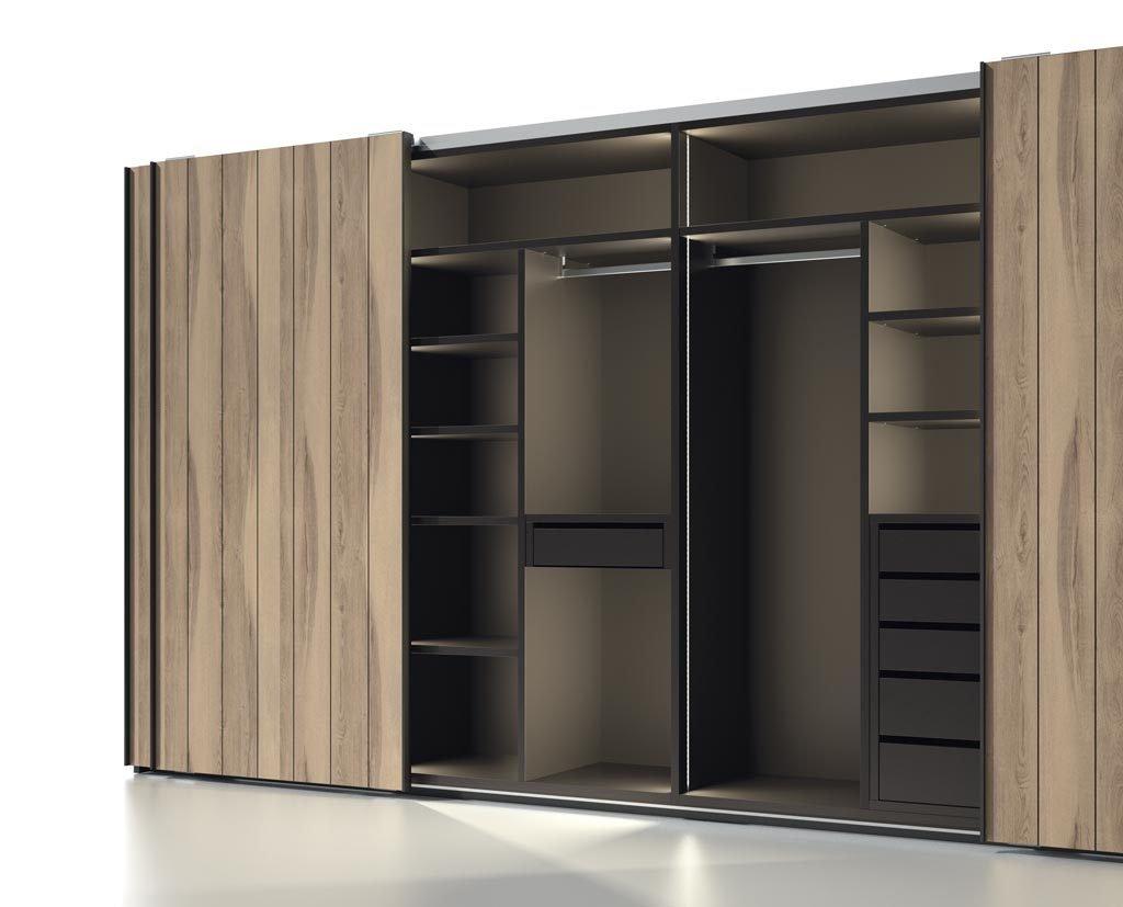 Detalle del interior con montantes de madera