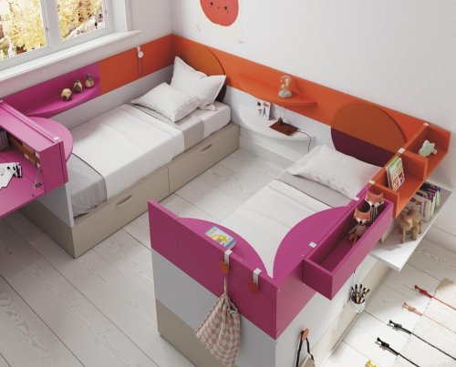 Dos camas en paralelo con una combinación de colores divertida en los diferentes muebles de la colección NEST