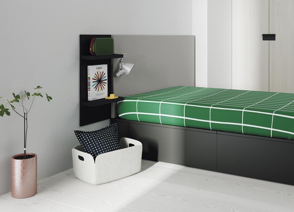 Esta es una solución simple pero funcional de cabecero y estantes que hacen de mesita de noche
