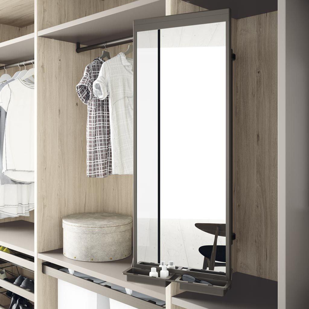 Detalle del espejo giratorio para hacer armarios y vestidores más funcionales