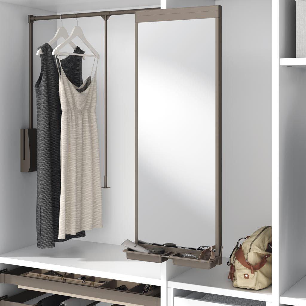 Detalle del espejo lateral extraible y giratorio con bandejas incorporadas