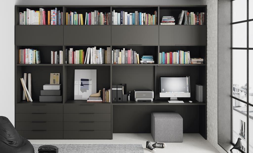 En este loft tienes una zona de estantes, cajones y escritorio para disponer de más espacio