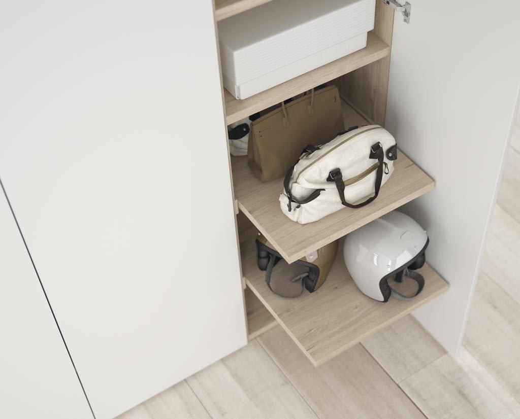 Detalle de los estantes extraibles del interior del armario recibidor