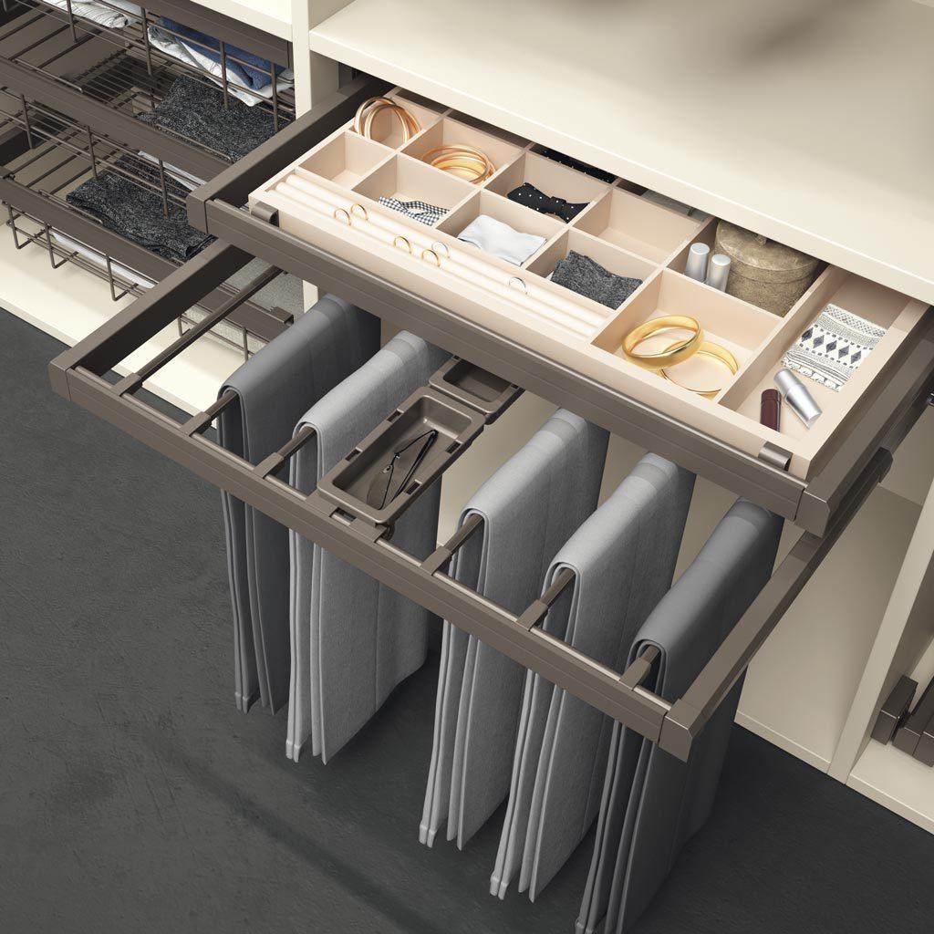 Detalle del interior del armario con bandeja y pantalonero extraible