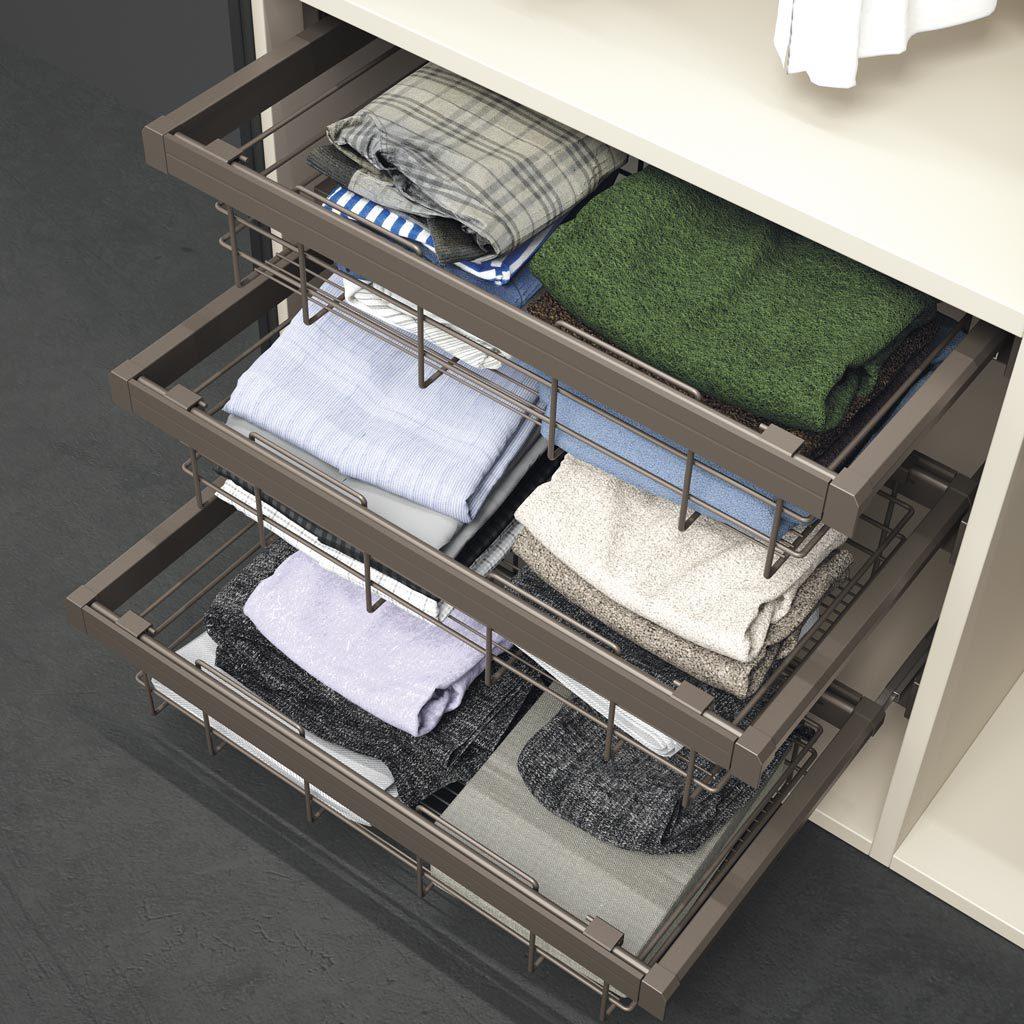 Detalle interior del armario con cestos de alambre extraibles