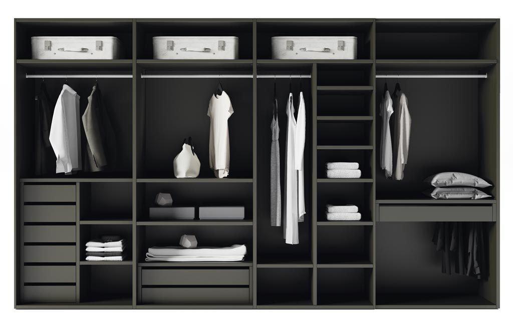 Detalle de la distribución interior del armario muy completa y funcional