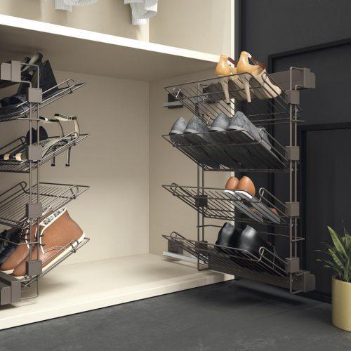 Detalle del interior del armario con un zapatero extraible