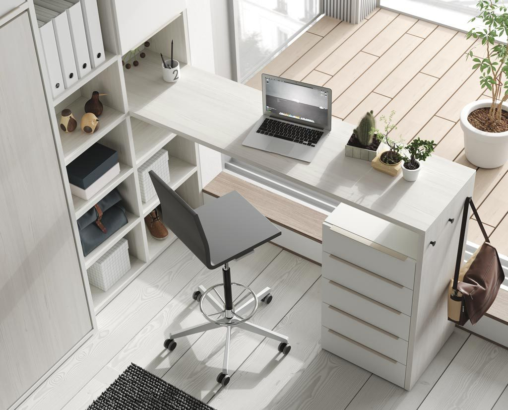 Una opción diferente son las mesas altas de la colección UP acompañada por unos colgadores en el lateral