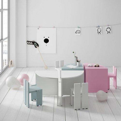 Mesa infantil redonda con sillas modelo ARCO de la colección PUKKA