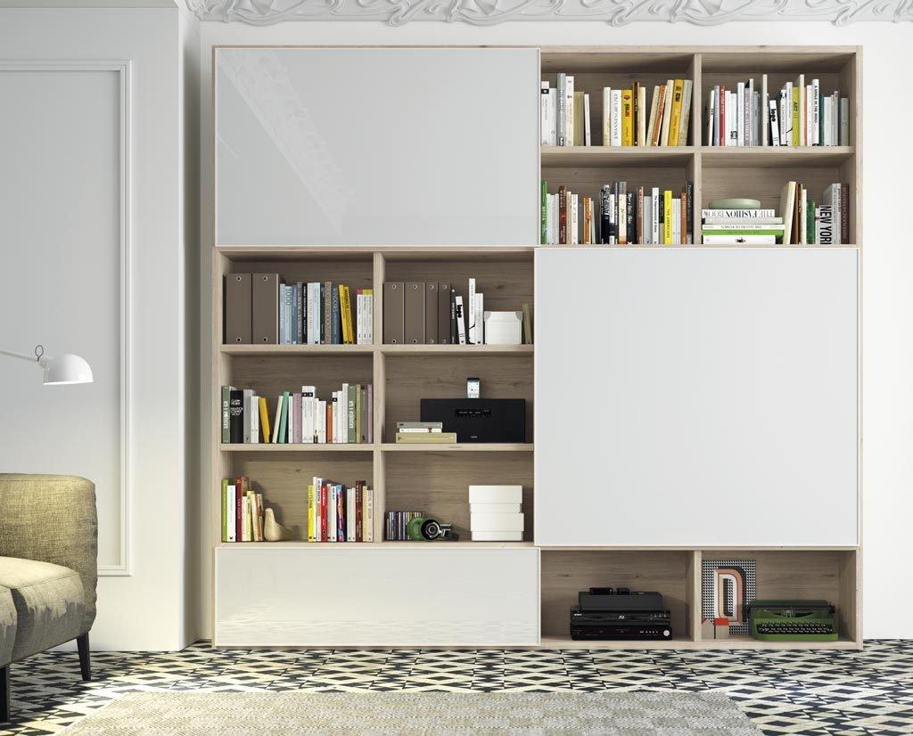 Mueble librería con puertas correderas con la televisión oculta