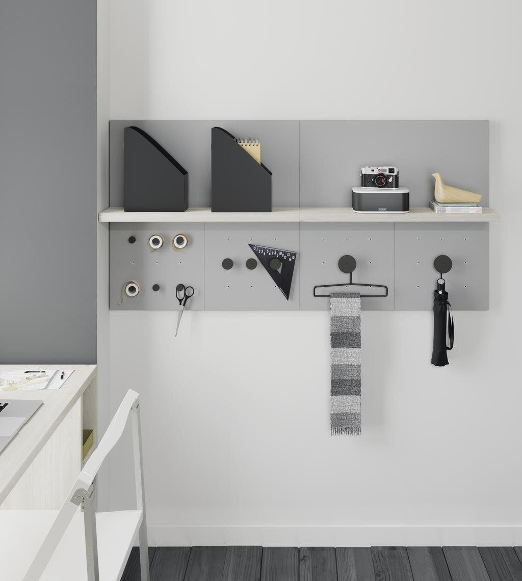 La colección FLAT permite infinidad de combinaciones, en esta tienes estantes y colgadores DOT en diferentes tamaños