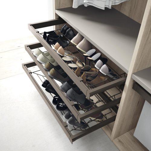 Detalle del zapatero extraible para tener los zapatos ordenados en armarios y vestidores