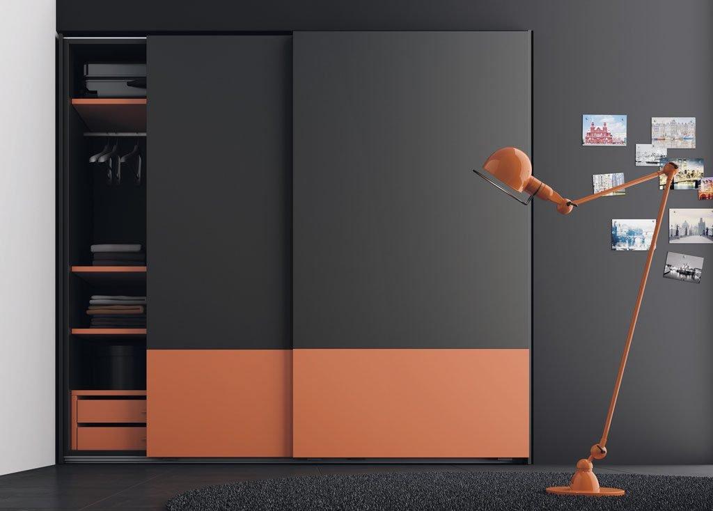 Armario empotrado que combina dos colores en las puertas correderas