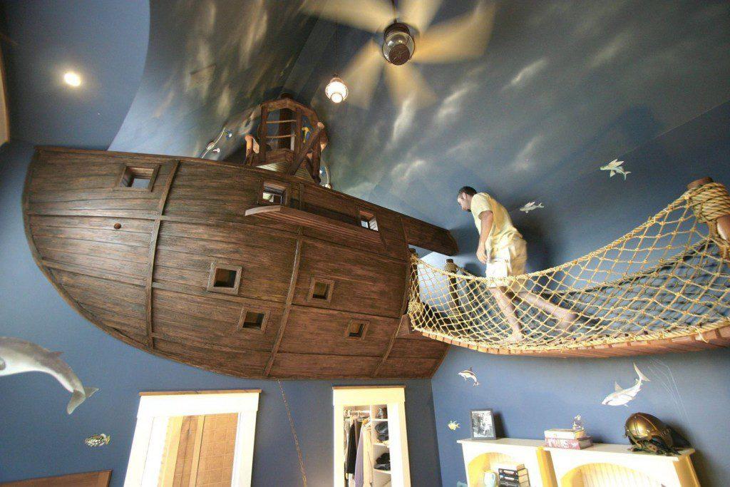 Cama infantil tipo barco en la pared con pasarela