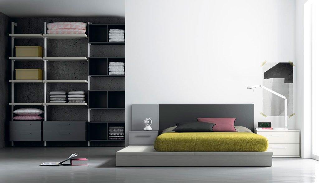 Dormitorio de adulto con vestidor con las columnas metálicas