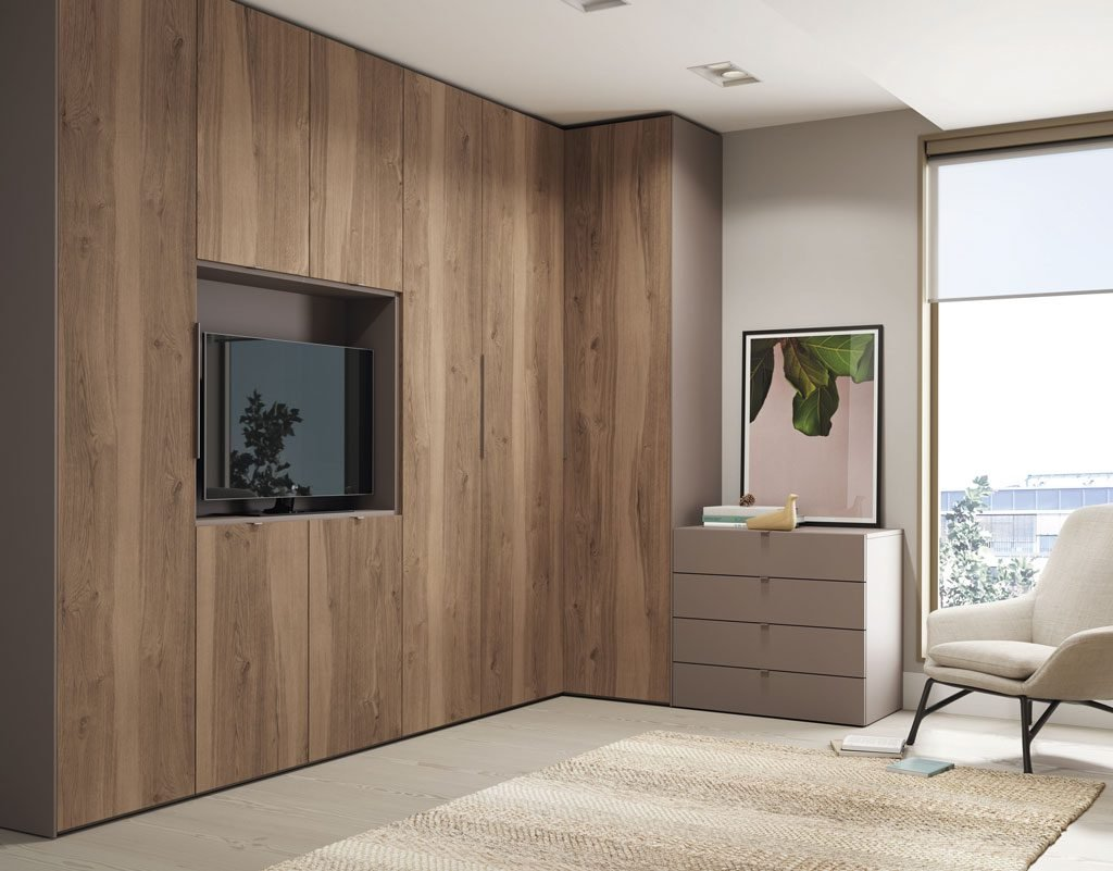 Zona de armarios con rinconera y hueco para la televisión