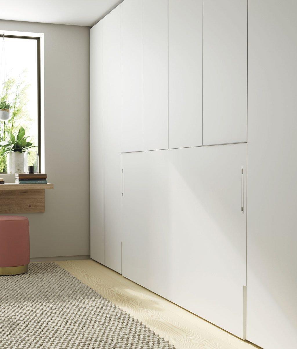 Cama abatible integrada con los armarios laterales y superior