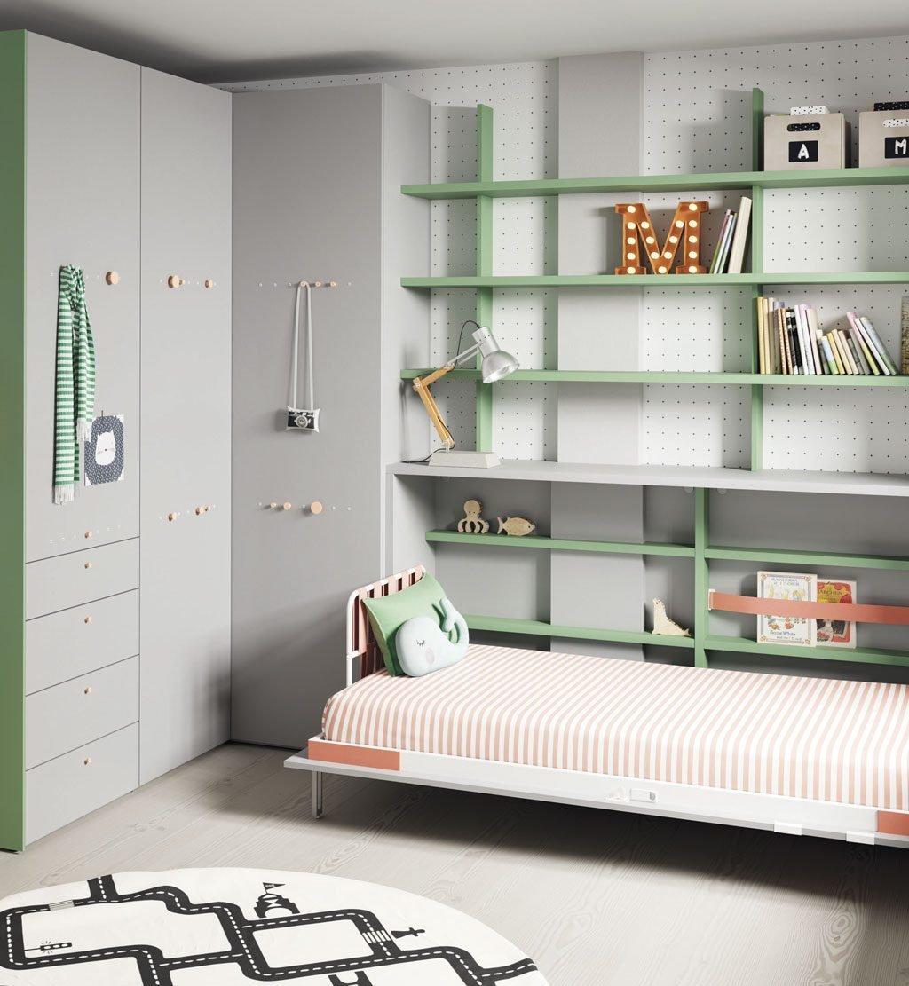Cama abatible horizontal abierta junto armario rinconero