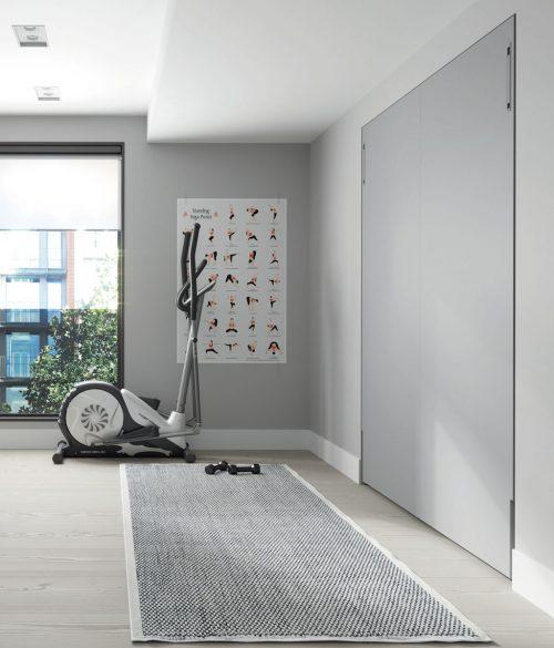Cama plegable vertical de 190x150 cm cerrada empotrada en la pared
