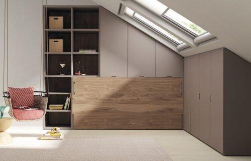 Habitación con buhardilla con una cama abatible horizontal