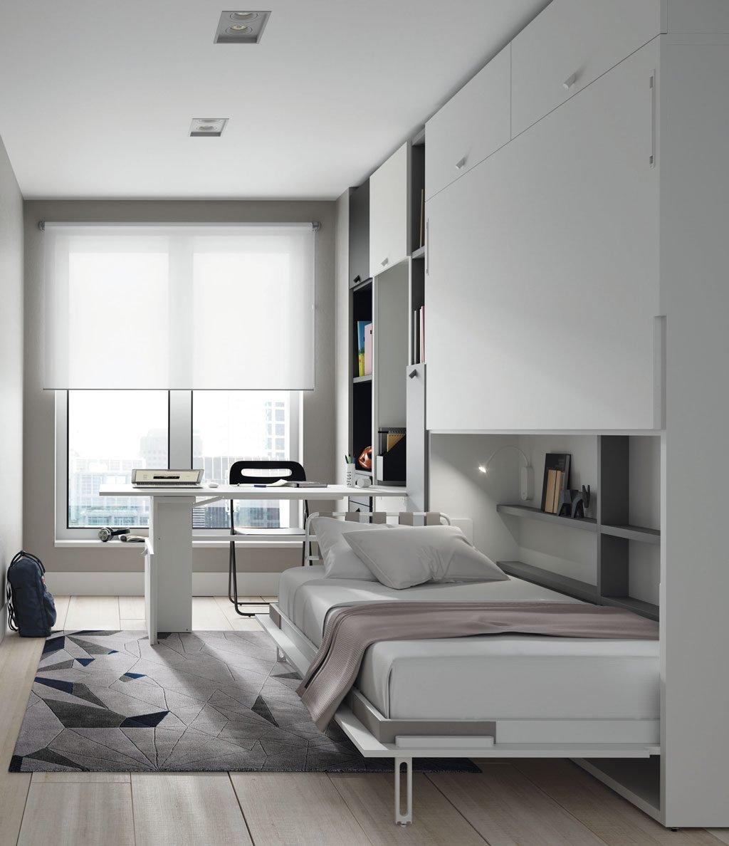 Habitación con la cama inferior y la mesa plegable abiertas