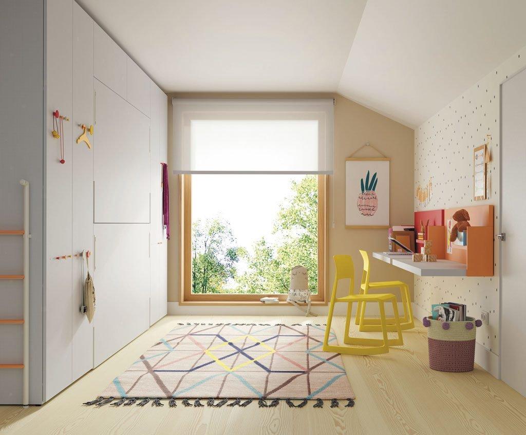 Habitación con litera abatible complementada con mesas y estanterías