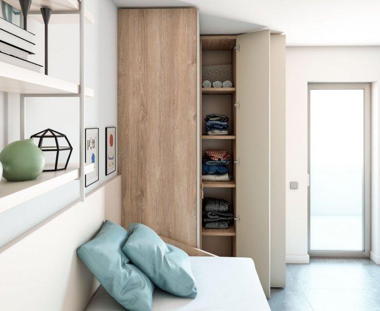 Interior de armario rincón con estantes